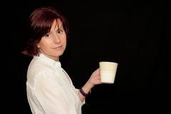 Donna che tiene una tazza Fotografie Stock Libere da Diritti