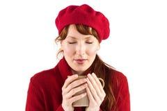 Donna che tiene una tazza calda Immagini Stock Libere da Diritti
