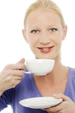 Donna che tiene una tazza di tè Fotografia Stock