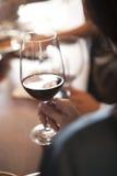 Donna che tiene vetro di vino rosso Immagini Stock Libere da Diritti