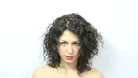 Donna che tira capelli stock footage