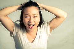 Donna che tira i suoi capelli Immagine Stock