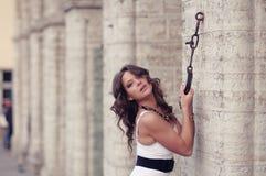 Donna che tira la catena in parete Fotografie Stock