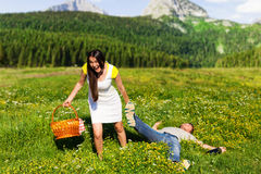 Donna che tira un uomo schiaffeggiato Fotografie Stock Libere da Diritti