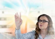 Donna che tocca e che interagisce con l'effetto di transizione Immagine Stock Libera da Diritti