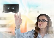 Donna che tocca e che interagisce con la cuffia avricolare di realtà virtuale con effetto di transizione Immagine Stock