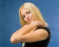 Donna che tocca il suo collo Fotografia Stock
