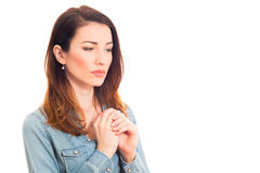 Donna che tocca la sua fede nuziale che pensa ai problemi di matrimonio Fotografia Stock