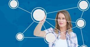 Donna che tocca struttura molecolare digitalmente generata immagini stock
