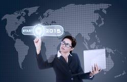 Donna che tocca un pulsante di avvio al futuro Fotografie Stock Libere da Diritti