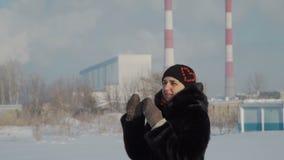 Donna che tossisce vicino alla fabbrica stock footage