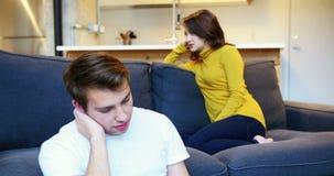 Donna che trascura uomo mentre discussione in salone stock footage