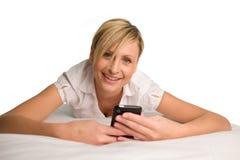 Donna che trasmette un messaggio di testo immagini stock libere da diritti