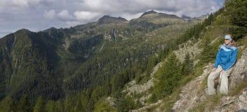Donna che trekking alle montagne Fotografia Stock Libera da Diritti