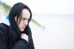 Donna che trema nel freddo fotografia stock
