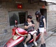 Donna che tricotta su un motociclo Fotografie Stock
