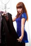 Donna che trova i vestiti alla memoria Fotografie Stock