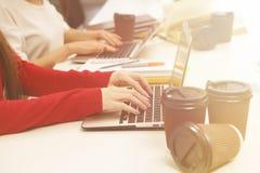 Donna che typying sul computer portatile Immagini Stock Libere da Diritti