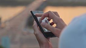 Donna che usando cellulare sulla via archivi video