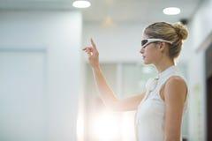 Donna che usando i vetri del video 3d Fotografia Stock