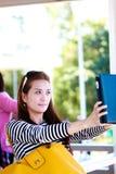 Donna che usando ipad fotografie stock