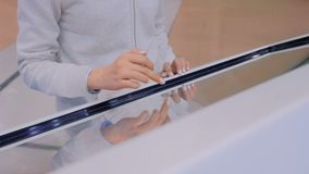 Donna che usando l'esposizione interattiva dello schermo attivabile al tatto alla mostra di tecnologia archivi video