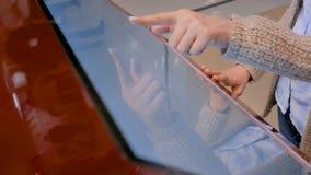 Donna che usando l'esposizione interattiva dello schermo attivabile al tatto al museo moderno video d archivio