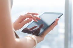 Donna che usando le applicazioni di pda con Internet di Wi-Fi, schermo commovente, informazioni di lettura rapida, immagine del p fotografie stock libere da diritti