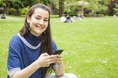 Donna che usando mobile Fotografie Stock
