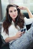 Donna che usando mobile immagine stock