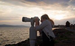 Donna che usando paga binoculare Fotografie Stock
