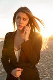 Donna che usando un cellulare Immagini Stock
