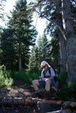 Donna che usando un GPS Immagine Stock