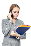 Donna che usando uno smartphone immagine stock