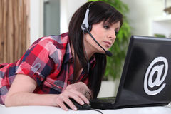 Donna che usando VOIP Fotografia Stock