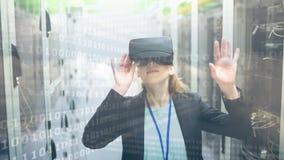 Donna che usando VR con il codice binario stock footage