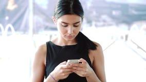 Donna che utilizza app sullo smartphone nel caffè che manda un sms sul telefono cellulare Bello giovane professionista femminile  stock footage