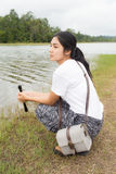 Donna che utilizza il binocolo nella foresta attuale Immagine Stock Libera da Diritti