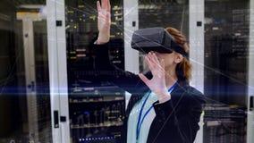 Donna che utilizza VR nella stanza del server video d archivio