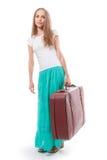 Donna che va con la valigia pesante, isolata su bianco Immagine Stock