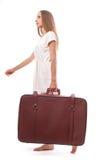 Donna che va con la valigia pesante, isolata su bianco immagini stock libere da diritti