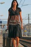 Donna che va su un viaggio fotografie stock libere da diritti