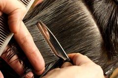 Donna che va tagliare i suoi capelli Fotografia Stock