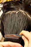 Donna che va tagliare i suoi capelli Immagini Stock Libere da Diritti