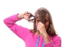 Donna che va tagliare i suoi capelli lunghi Fotografia Stock