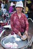 Donna che vende alimento nel servizio Fotografie Stock