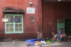 Donna che vende alimento in vicolo in Saigon Immagine Stock Libera da Diritti