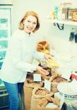 Donna che vende i fagioli in negozio Immagini Stock Libere da Diritti