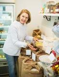 Donna che vende i fagioli in negozio Fotografie Stock