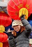 Donna che vende le lanterne cinesi di nuovo anno Fotografia Stock